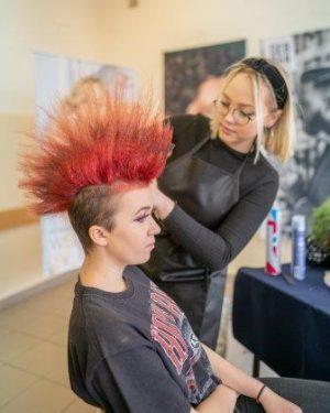 Modelowanie fryzury damskiej