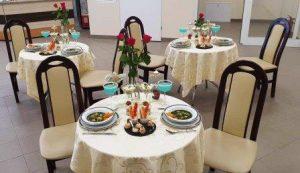 Na zdjęciu przykładowe nakrycie trzech stołów z potrawami przygotowanymi przez uczniów klas gastronomicznych
