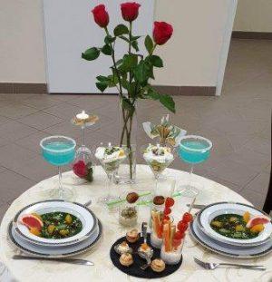 Na zdjęciu stół z potrawami przygotowanymi przez uczniów klas gastronomicznych.