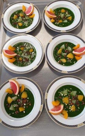 Na zdjęciu smoothie szpinakowe z dodatkiem owoców cytrusowych