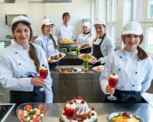 Uczniowie klas gastronomicznych prezentują przygotowane przez siebie potrawy (galaretki, ciasta oraz zimne przekąski)