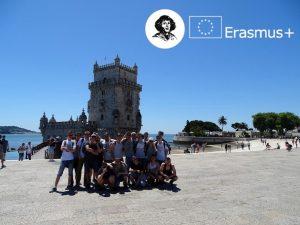"""Grupa uczniów """"Kopernika"""" na tle rzeki Tag, w tle wieża Torre de Belem"""