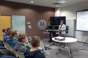"""Wizyta informatyków i elektroników z kęckiego """"Kopernika"""" w Centrum Badawczym Motorola Solutions"""